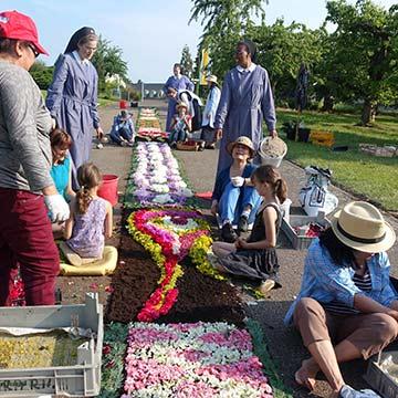 Viele Helfer werden zum Legen der Blumenteppiche gebraucht (Archiv-Foto)