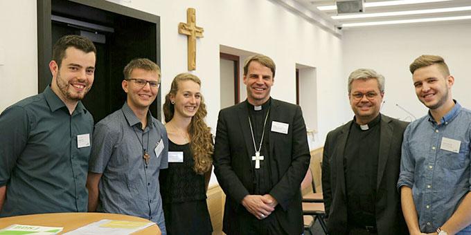 Die Vertreter der Schönstatt-Jugend mit Jugendbischof Stefan Oster SDB, Passau, und Weihbischof Dr. Udo Markus Bentz, Mainz (Foto: privat)