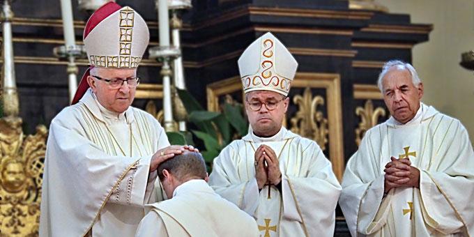 Bischof Jan Baxant weiht Ji?í Landa durch Handauflegung zum Priester. Daneben Weihbischof Dr. Udo Markus Bentz und Provinzial Theo Breitinger (Foto: Miroslav Zimmer)