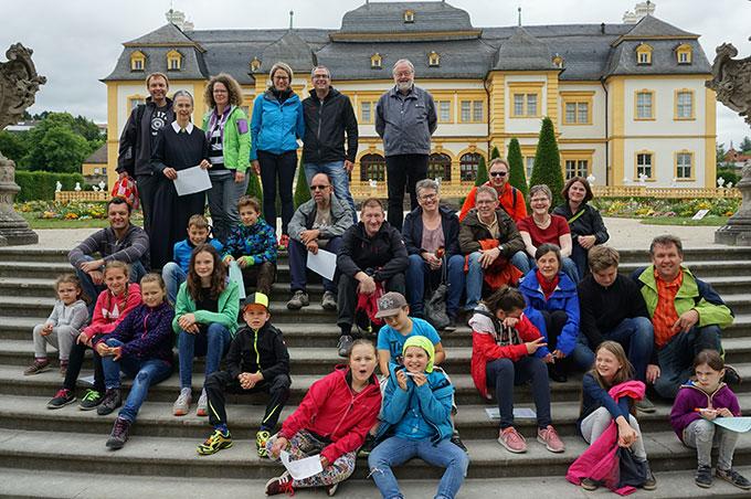 Gruppenbild vor dem Rokokoschloss (Foto: Fella)