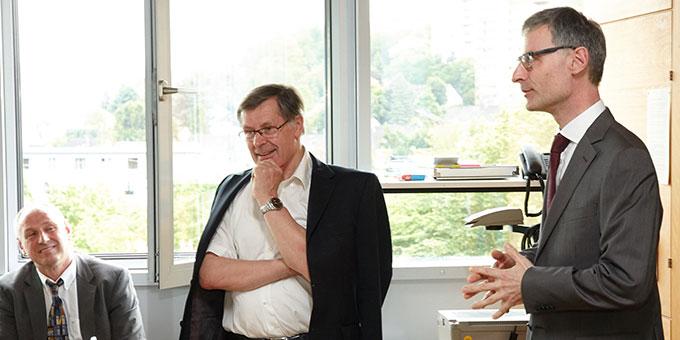 Prof. Dr. Rainer Schwindt (r) dankt Dr. Helmut Müller für seine langjährige, kompetente Arbeit (Foto: M.Brand, focus-vallendar.de)
