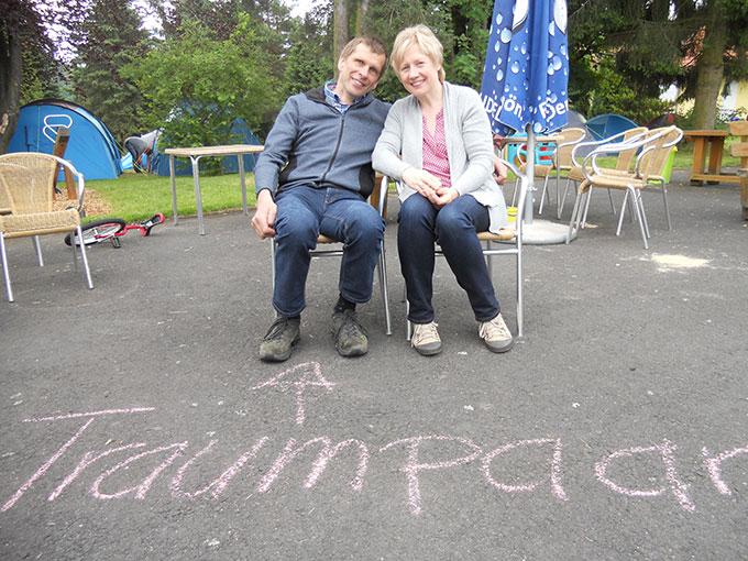 Traumpaar mit großer Familie genießt das Camp (Foto: Schulz)