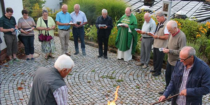 Bei der Bündniserneuerung an der Pater-Reinisch-Stele (Foto: Vallendor)