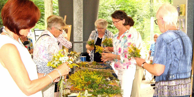 Kräutersträuße werden am 15.8. bei der Landesgartenschau in Bad Lippspringe gebunden (Foto: Große Böckmann)