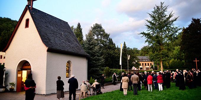 Abendgebet am Grab von P. Franz Reinisch (Foto: Timo Michael Keßler)