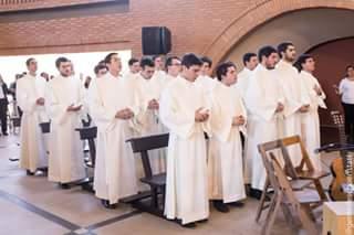 Mit der Übergabe des Sionsgewandes werden sie offiziell Mitglieder der Gemeinschaft (Foto: Javier Vera fotografía)