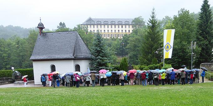 Besuch am Grab von Max Brunner neben dem Urheiligtum in Schönstatt (Foto: Semmelbauer)