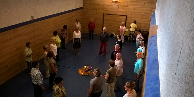 In der Turnhalle des Zentrums gab es die Möglichkeit zum meditativen Tanz (Foto: Hbre)
