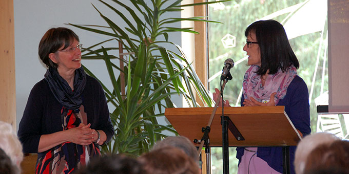 Heidi Hänel begrüßt die Referentin Claudia Brehm (l) beim Tag der Frau im Schönstatt-Zentrum Memhölz (Foto: Hbre)