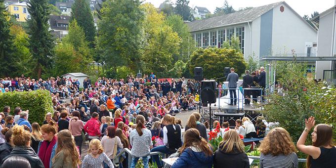 Bei wunderbarem Wetter war das Jubiläums-Schulfest sehr gut besucht (Foto: Schmitz)