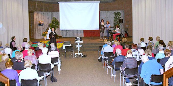 Der Vortrag und die Vertiefung wurden musikalisch durch passende Lieder ergänzt und umrahmt (Foto: M. Peitz)