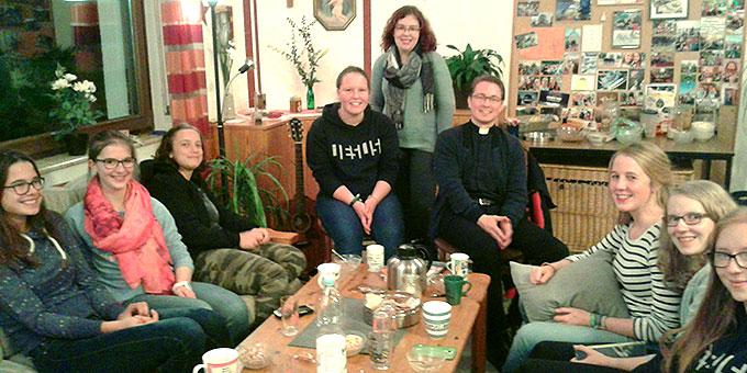 Die SchönstattMJF-WG beim Treffen mit dem Jugendpfarrer (Foto: Ruh)