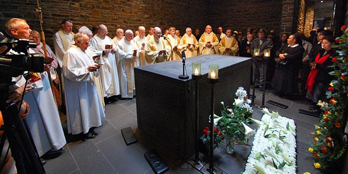 Versammelt am Sarkophag Pater Kentenichs wird das Kentenichjahr 2018 mit einem Gebet eröffnet (Foto: Brehm)