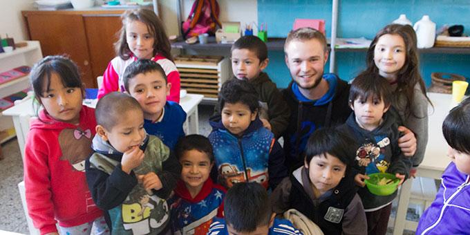 Matthias Gross, Volontär aus Deutschland, mit einigen Kindern (Foto: privat)