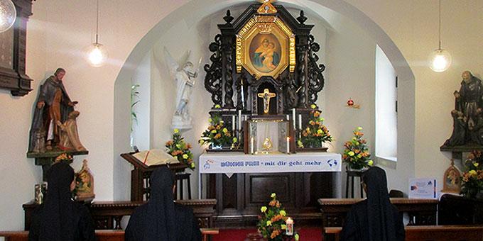 Die drei Schönstätter Marienschwestern bei ihrem Anbetungsdienst (Foto: Weweler)