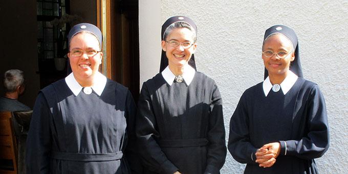 Sr. M. Anabel Gilbert, Sr. Maribel Perez und Sr. M. Bernarda Estrella beenden am 17. September 2017 ihren Dienst als Anbetungsschwestern am Urheiligtum (Foto: Weweler)