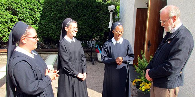 Pater Antonio Bracht, Rektor des Urheiligtums, dankt den Schwestern für ihren unermüdlichen und verantwortungsvollen Einsatz (Foto: Weweler)