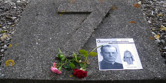 Gedenken an Pater Albert Eise in der KZ-Gedenkstätte Dachau (Foto: Grimm)