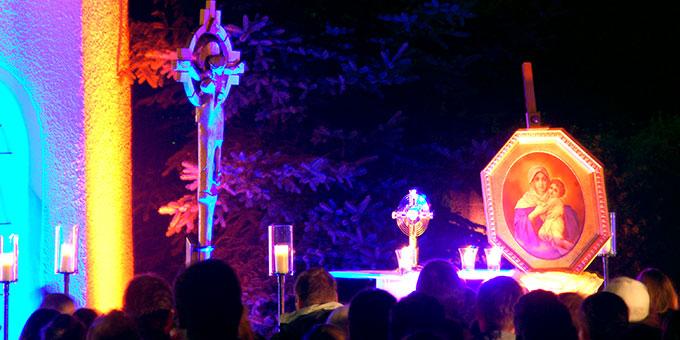 Anbetung bei der Liebesbündnisnacht am Urheiligtum in Schönstatt / Vallendar  (Foto: Brehm)