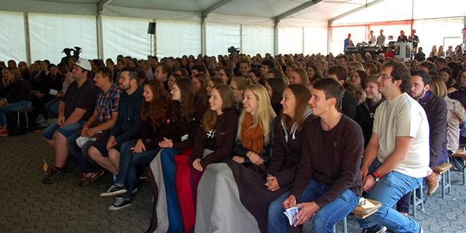 Das NdH-Zelt ist gut gefüllt mit weit über 500 jungen Menschen (Foto: Brehm)