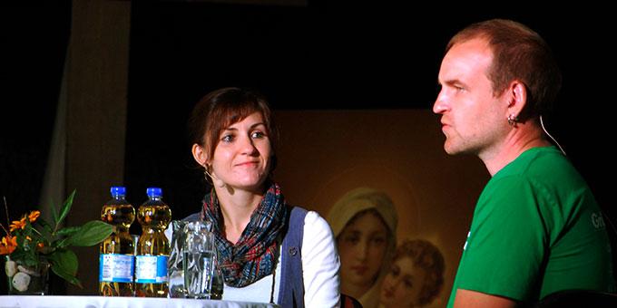 Anja Birringer aus dem Vorstand von bewegenswert e.V. moderiert das Gespräch (Foto: Brehm)