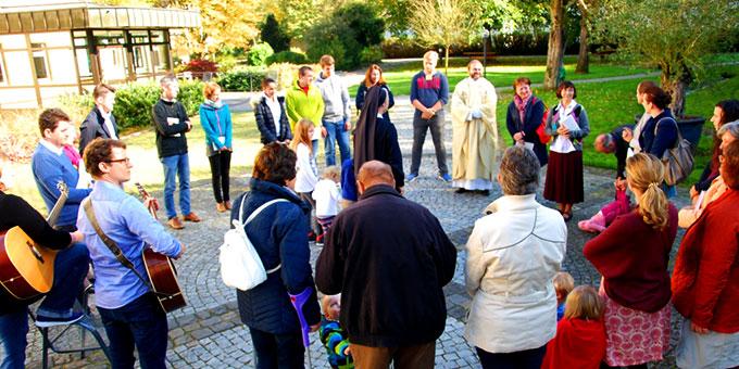 Der Gottesdienst mit Pater Stefan Strecker begann vor dem Schönstatt-Heiligtum im Park der Marienau (Foto: Heizmann)