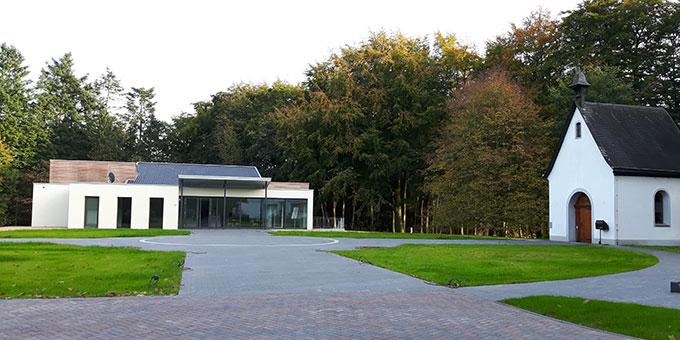 """Das neue Tagungshaus auf dem Oermterner Marienberg steht gleich neben dem """"Heiligtum der Weggemeinschaft"""" (Foto: Cleven)"""