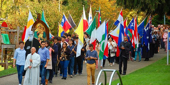 Prozession von der Pilgerkirche zum Urheiligtum (Foto: Brehm)