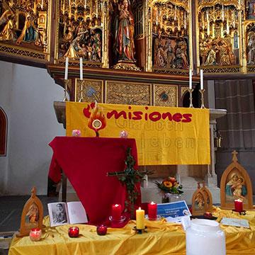 Während einige misioneros von Tür zu Tür gehen und die Menschen besuchen, halten andere Anbetung vor dem Allerheiligsten (Foto: misiones)
