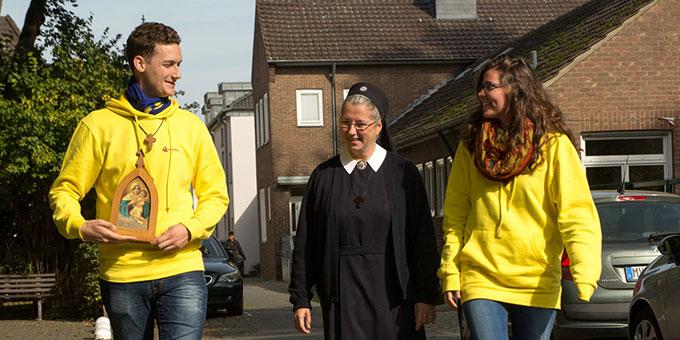 Von Tür zu Tür - Misiones der Schönstatt-Jugend in Kranenburg (Foto: misiones - Glauben leben)