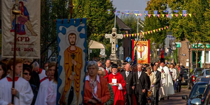 """misiones-Auftakt mit der traditionellen """"Kreuztracht"""" in Kranenburg: Das wundertätige Heilige Kreuz wird durch die Straßen getragen (Foto: misiones)"""