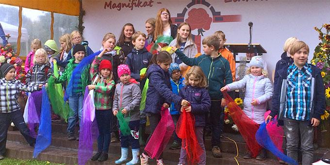 """""""Heute steht der Himmel offen ..."""": ein Beitrag der Kinder (Foto: Tasch)"""