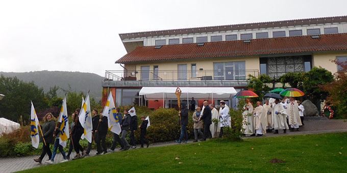 In strömendem Regen auf dem Weg zum Festgottesdienst (Foto: Goering)