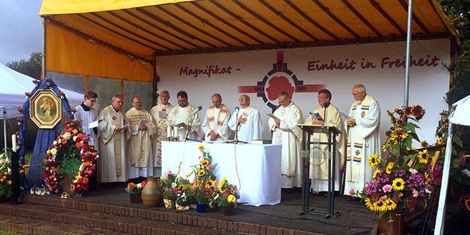 Eucharistiefeier mit 10 Priestern (Foto: Tasch)