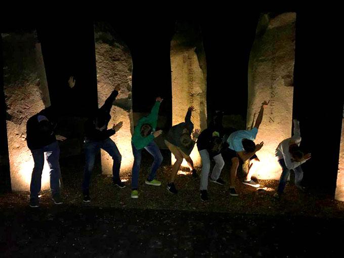 "Abendabschluss an den ""Fünf Säulen der SMJ"" beim Taborheiligtum (Foto: Schüßler)"