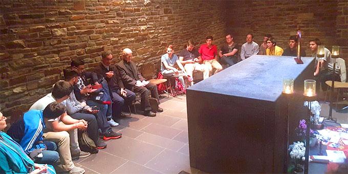 """Ein Treffen mit den """"Schönstatt-Experten"""" Pater Mario Romero und Pater Bodo Maria Erhard am Grab Pater Kentenichs (Foto: Zabala)"""
