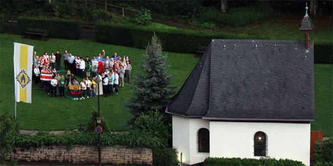 """Eine """"Herztruppe"""" beim Urheiligtum vom Bundesheim aus gesehen (Foto: Zabala)"""