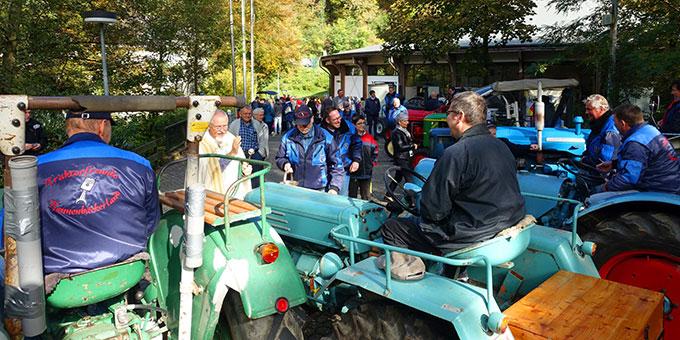 Pater Elmar Busse segnet die Traktoren und ihre Fahrer bei der Traktorwallfahrt nach Schönstatt (Foto: Trieb)