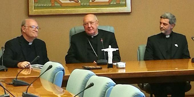Pater Juan Pablo Catoggio (l), Kardinal Kevin Farrel, Pater Awi Mello (Foto: Neiser)