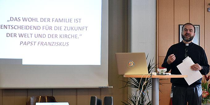 """Standesleiter Pater Stefan Strecker: """"das Liebesbündnis als Weg und Hoffnung für Ehe und Familie"""" (Foto: Kröper)"""