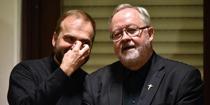 Pater Bernhard Schneider (r), seit vielen Jahren Familienseelsorger, wurde verabschiedet. Pater Strecker erinnert u.a. an seine Zeit als Zirkusseelsorger. (Foto: Kröper)
