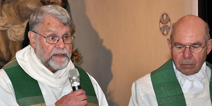 Pfarrer Dieter Heck, Mannheim (l), und Pfarrer Willi Mahlmeister, Diözese Bamberg, gestalteten die Tauferneuerungsfeier (Foto: Karl Wolf)