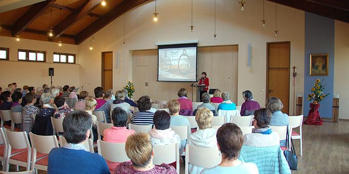 Der neu gestaltete Vortragssaal kann auch als Hauskapelle genutzt werden (Foto: Brehm)