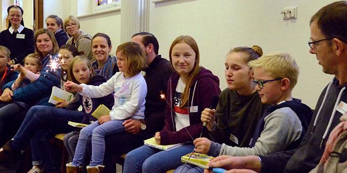 Eröffnungsrunde mit Kindern und Eltern (Foto: Rechtien)