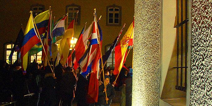 In den mitgetragenen Fahnen waren Schönstätter aus der ganzen Welt bei der Erneuerung des Liebesbündnisses am Urheiligtum präsent (Foto: Brehm)