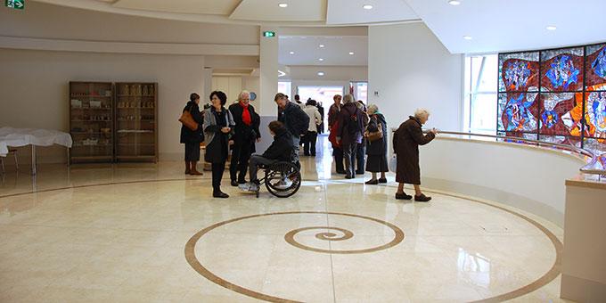 Auf dem Fußboden des Foyers ist die Schnecke gut zu erkennen (Foto: Brehm)