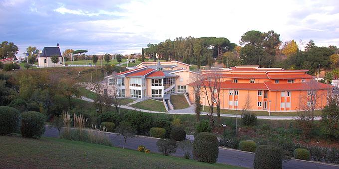 Das internationale Schönstatt-Zentrum Belmonte in Rom mit Matri-Ecclesiae-Heiligtum, Domus Pater Kentenich und Casa dell'Alleanza (Foto: Brehm)