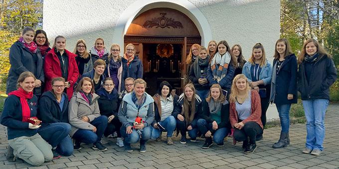 Die Jungen Frauen aus der SchönstattMJF vor dem Schönstatt-Heiligtum in München (Foto: Knoblauch)