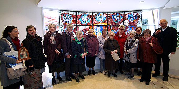 Das großzügige Foyer, das bei größeren Veranstaltungen auch als Tagungsraum benutzt werden kann, ziert ein Mosaik, das die Gemeinschaft der Frauen von Schönstatt geschenkt haben. Es stammt aus einem Haus der Gemeinschaft in Karlsruhe Bethanien  (Foto: Brehm)