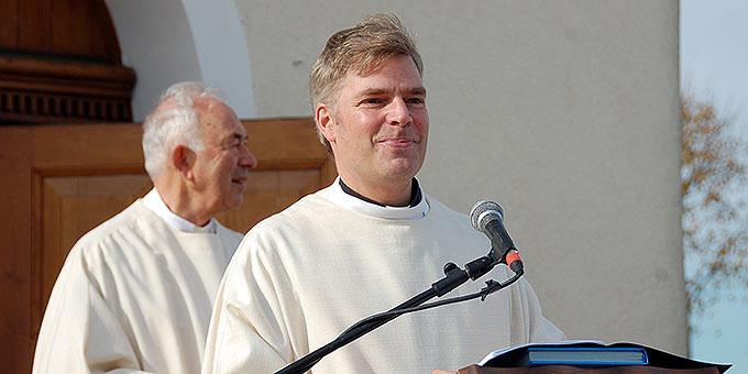 Dr. Christian Löhr, Generalrektor des Schönstatt-Institutes Diözesanpriester, als Verantwortlicher der Trägergemeinschaft des Zentrums, begrüßt die Gäste (Foto: Brehm)